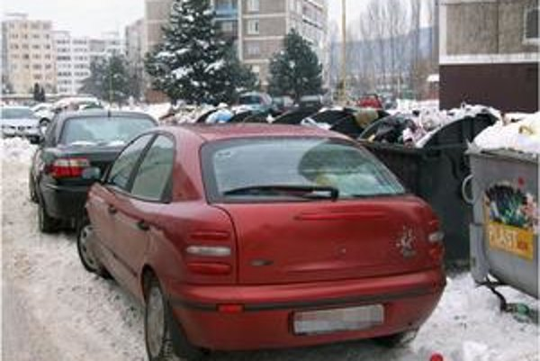 Parkovanie na sídlisku. Podľa novej úpravy bude môcť byť státie pri kontajneroch pokutované.