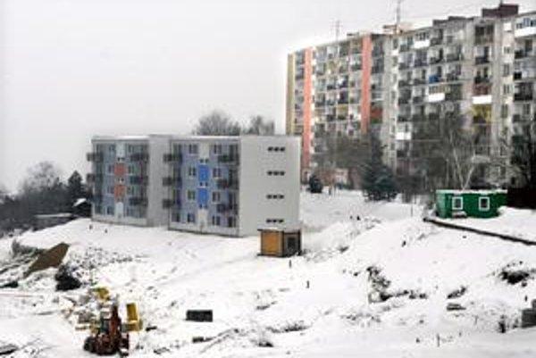 Na hore. Projekt ležal roky ladom. Do budúceho roka tu má stáť 18 bytových domov.