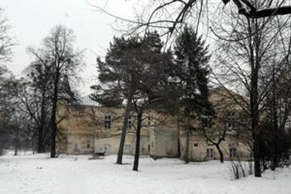 Kaštieľ v Barci. Ak má pri ňom vyrásť hotel, musia ísť preč niektoré stromy. Mesto sa rozišlo so štátnym úradom v tom, ako posudzovať žiadosť investora o výrub.