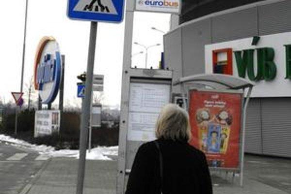 Častejšie intervaly. Na zlú dopravnú obslužnosť k OC Optima sa cestujúci sťažujú už veľmi dlho. Dlhé čakanie na autobus ich odrádza od nákupov.