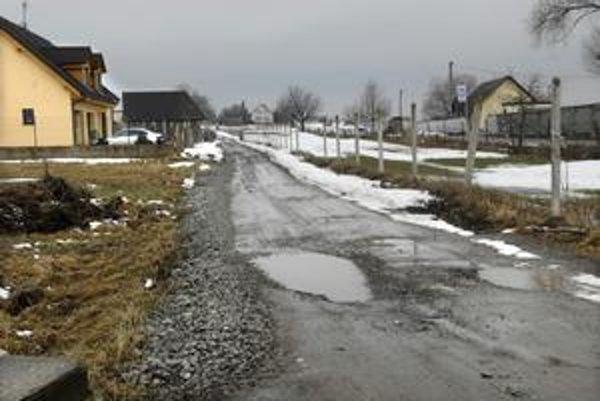 Nevedia sa dočkať. Stav cesty na Prasličkovej ulici obyvateľov Šebastoviec trápi.