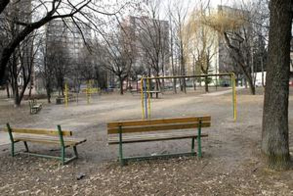 Rekonštrukcia. Detské ihrisko na Hroncovej ulici zrekonštruuje v tomto roku mesto zo svojich prostriedkov. Mestská časť zafinancuje ďalšie na Podhradovej.