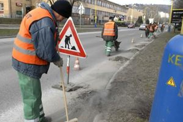 Pracovníci Kositu sú v uliciach a čistia cesty od posypového materiálu.