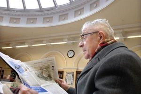 Čitáreň v knižnici. Dôchodca Štefan Koloda tu rád trávi voľný čas, napríklad čítaním dennej tlače.