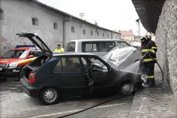 Zásah. Hasiči museli otvoriť aj kufor, lebo mali podozrenie, že auto je vybavené plynovým pohonom.