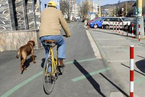 Kuriozita. Takto obchádza prekážku cyklochodník na Komenského ulici.