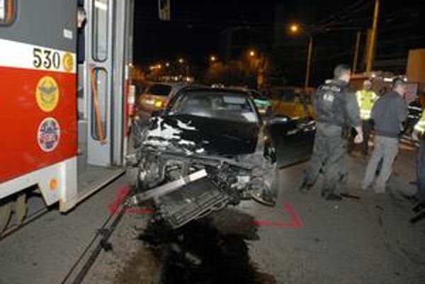 Audi po nehode. Má rozbitú celú prednú časť.