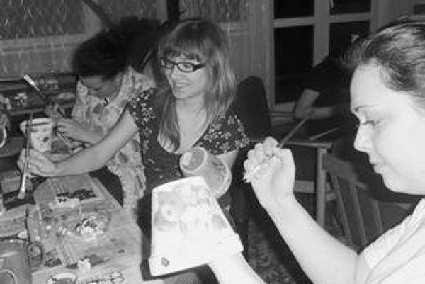 O aktivitách v čase voľna si dievčatá rozhodujú samy.  V internáte na Vranovskej   zdobia kvetináče.