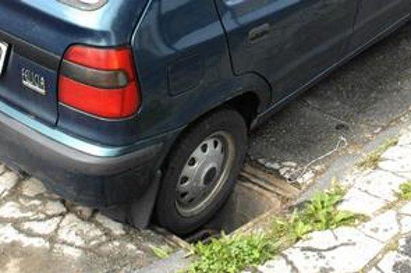 Zradná jama. Aj takéto pasce číhajú na vodičov pri obrubníkoch. Táto na Starej spišskej ceste preveruje odolnosť vozidiel a zručnosť motoristov už dlho.