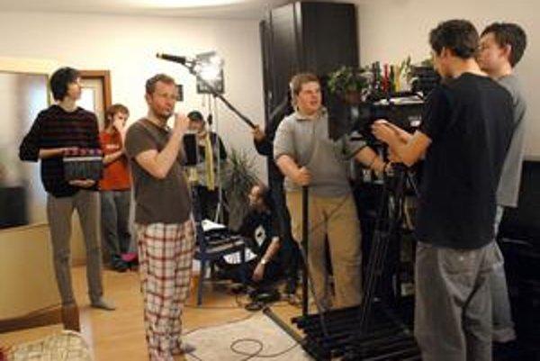 V pracovnom nasadení. Mladí filmári natáčali hlavne v jednom z bytov na Kuzmányho ulici.
