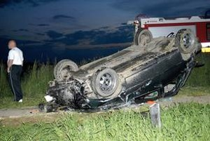 Pár minút po nehode. Auto skončilo po zrážke s chodcami na streche, vodičovi sa takmer nič nestalo.