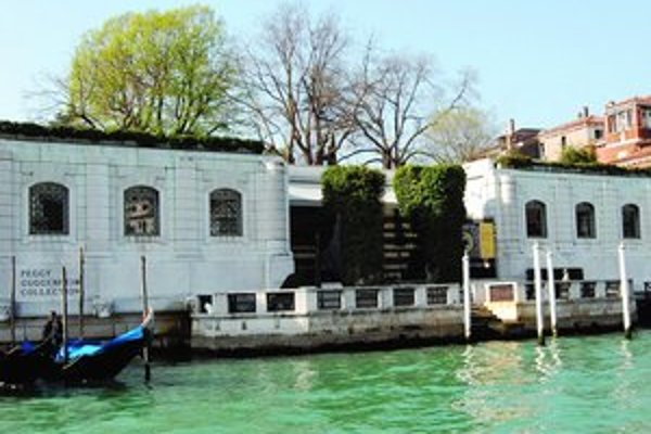 Galéria Peggy Guggenheimovej a samotná Peggy (pod článkom).