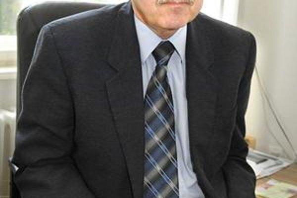 Štefan Lipčák. Ako krajský lekár rozhoduje, či povolí prevádzkovanie nových pohotovostí. Jednu prevádzkuje aj firma, ktorú zakladal.