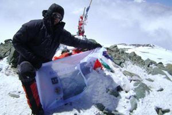 Marek na najvyššom vrchole pohoria Pamír.