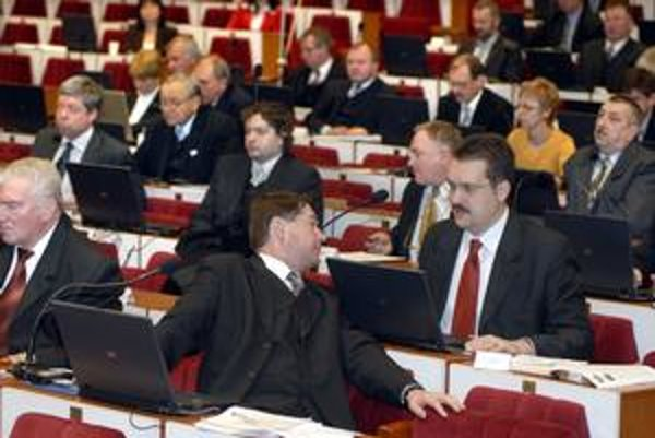 Poslanci P. Bačkovský a V. Novotný. Vyzvali predsedu KSK Z. Trebuľu, aby zrušil plánovaný prenájom nemocníc.