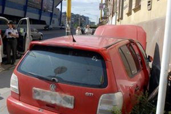 Zvalil bilbórdy. Rozbité auto nechal na mieste a odišiel.