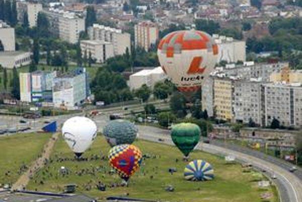 Farebné nebo. V stredu popoludní sa po roku opäť začne balónová fiesta.