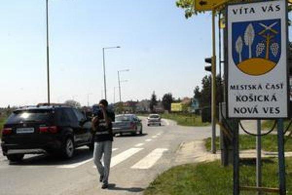 Chýbajúci chodník. Do konca roka by sa mali obyvatelia Košickej Novej Vsi dočkať jednej jeho časti.