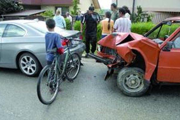 Bum! Škodovečka už dojazdila, majitelia limuzíny mali nervy na dranc!