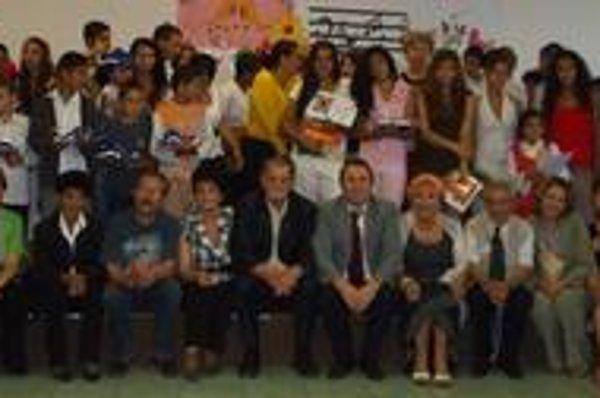 Na snímke víťazi matičného festivalu Rómska pieseň so svojimi učiteľmi a porotou. V strede sedí Prof. Jozef Adamovič a zakladateľ festivalu František Mrva.