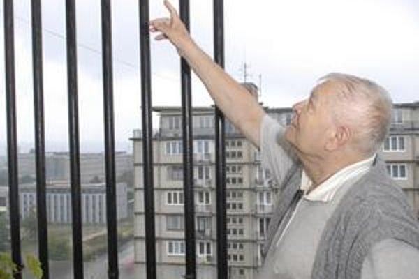 Dážď prináša potopu. Strop na balkóne Pavla Molnára v bloku na Ulici B. Němcovej sa postupne rozpadáva a voda steká aj do izby.