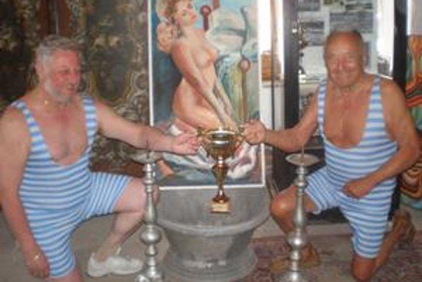 Zavítal na ňu aj Jaroslav Hollý (na snímke vpravo), najstarší plavecký veterán na Slovensku. Získal desiatky medailí z najvyšších súťaží.