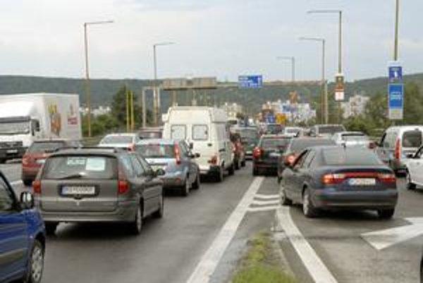 Kolóny. Opravuje sa most, v špičke dva pruhy pre množstvo áut nestačia.