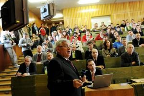 Minister hospodárstva SR Ľubomír Jahnátek počas jeho prednášky na košickej Technickej univerzite o stratégii energetickej bezpečnosti SR vo februári 2008.