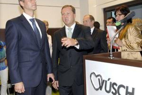 Minister a riaditeľ, Slávnostné otvorenie si nenechal ujsť šéf rezortu zdravotníctva Richard Raši (vľavo). Vedľa neho riaditeľ ústavu František Sabol.