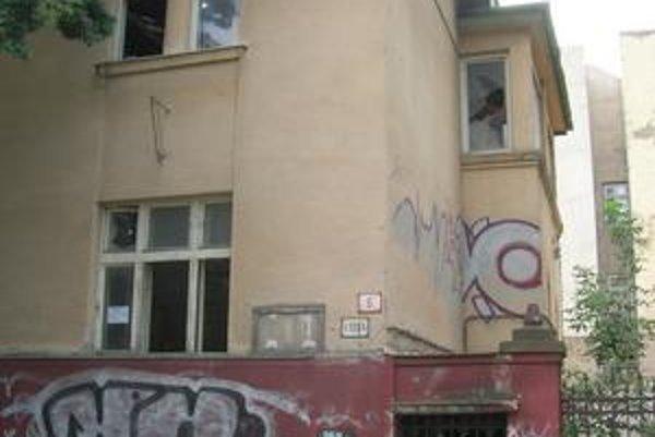 Tento dom zbúrali. Pôvodnej meštianskej vile na Hviezdoslavovej ulici, z ktorej zostali už iba tehly, by sa mali podobať dva nové objekty.