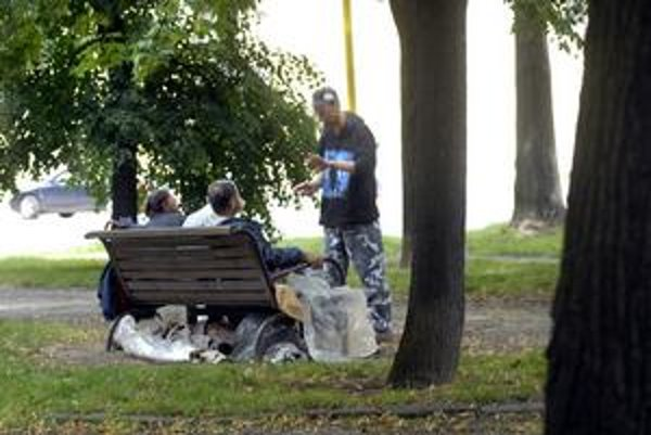 """Moyzesova - Bezdomovci sa na jedinej lavičke oproti zastávke MHD doslova """"ubytovali""""."""