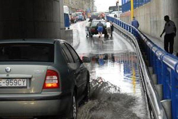 Zaplavený podjazd. Autá odtiaľ museli vytlačiť.