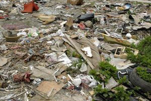 """Nelegálna osada Demeter. Okrem odpadkov obťažuje """"druhý Lunik IX"""" blízko bývajúcich obyvateľov aj hlukom."""