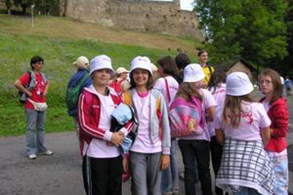 Pod hradom. Deti sa tešili na hradné pivnice, vyhliadkovú vežu či vystúpenie sokoliarov. Plné očakávania boli aj Veronika s Gabikou (v popredí).