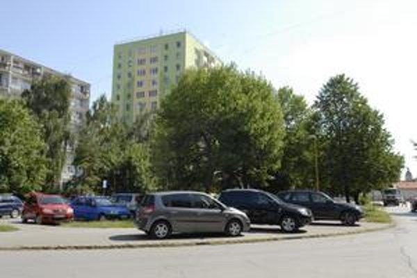 Jeden z príkladov, že v Košiciach sa bežne parkuje na chodníkoch, aj pri Lipe na Kuzmányho.