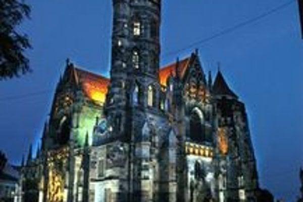 Dóm sv. Alžbety. Najväčšia slovenská katedrála, takto býva vysvietená zriedka.