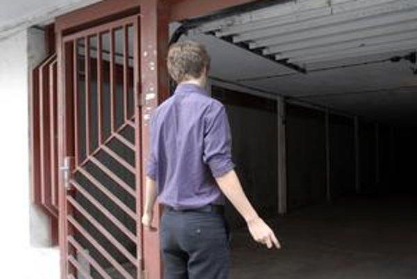 Štefan Kováč pri stĺpe, o ktorý dvere mercedesu pripučili kňaza.