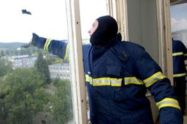 Záchrana. Hasiči v kuklách chytali a vypúšťali netopiere cez okno na slobodu.