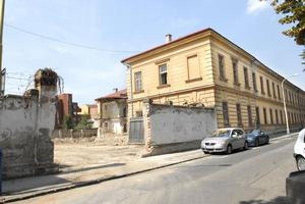 Pri búraní objektov, určených na asanáciu, došlo k poškodeniu historickej väznice. Múr sa zosypal.