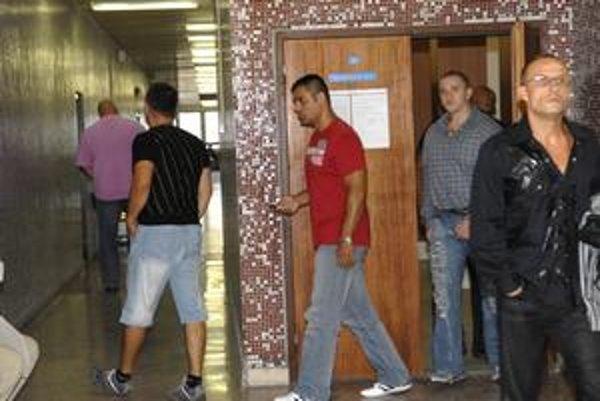 Oslobodzujú sa. Takýto verdikt na súde v Košiciach počuli šiesti muži, ktorí podľa polície tvorili kolárikovskú skupinu v košickom podsvetí.