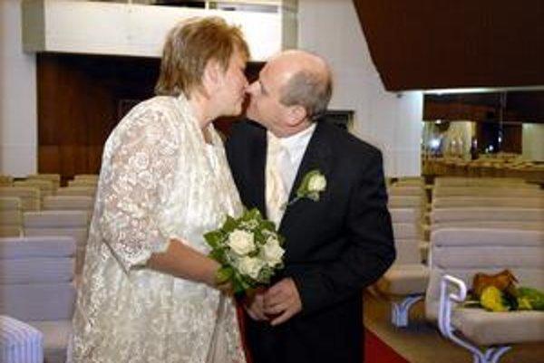 Mladomanželia Andrejčákovci. Po dvanástich rokoch spolužitia zložili včera manželský sľub.
