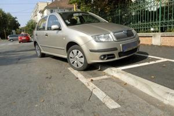 Pre kaskadérov. Zaparkovať na Šrobárovej ulici nie je také jednoduché. Zdolať treba vysoký obrubník.