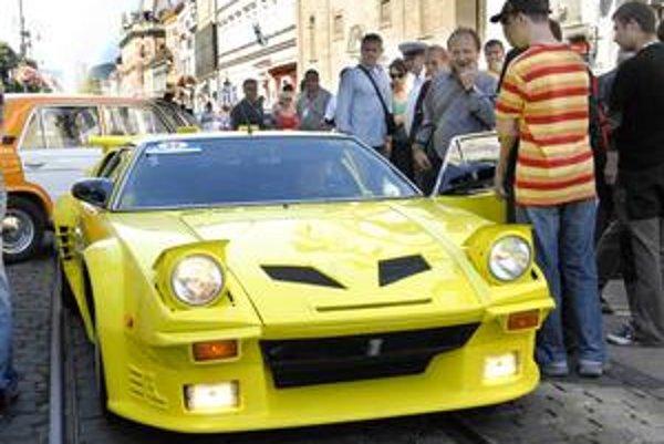Pantera De Tomaso. Z tohto modelu vyrobili vo svete iba 300 kusov, jestvuje ich ešte asi 20 a stojí od 120 000 do 170 000 USD.