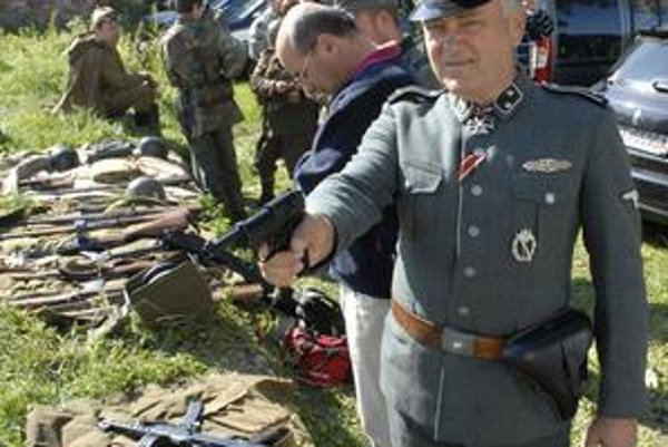 M. Mitrík. V tejto uniforme ho počas každej bitky čaká vždy to isté. Musí zomrieť.