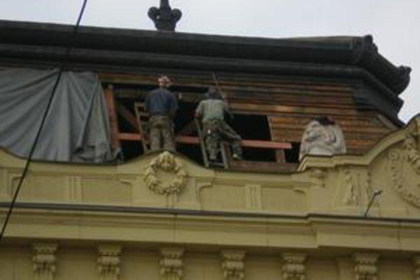 Oprava strechy. Pracovníci na streche nepoužívali istenie, aj keď ho vyfasovali.