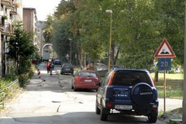 Skúška zručnosti. Prejazd Kisdyho ulicou je komplikovaný. Vodiči sa rozčuľujú.