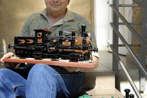 J. Novák. Priniesol nám do redakcie ukázať svoje najnovšie mašinky.