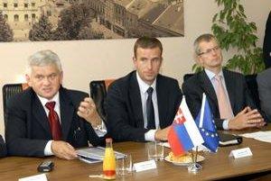 O projekte využívania geotermálnej energie sa rokovalo v silnej zostave s ministrom hospodárstva Ľubomírom Jahnátkom (vľavo), šéfom TEKO Ladislavom Lazarom a členom Predstavenstva SPP Hansom Meyerom.