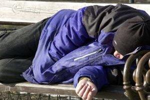 Na lavičke. Bezdomovci by vonku pomrzli, v Barci ich zmestí vyše stovky.