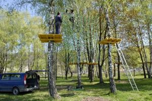 Budúce lanové centrum. Ako piliere poslúžia stromy.